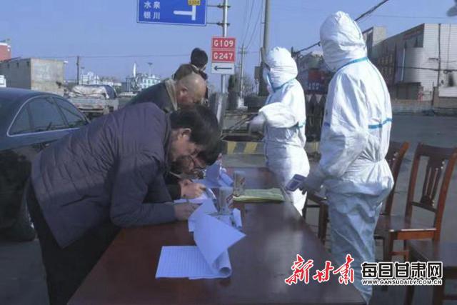 [疫情防控甘�C在行��]白�y平川�^:加��主要路口疫情防控守�o群�生命健康