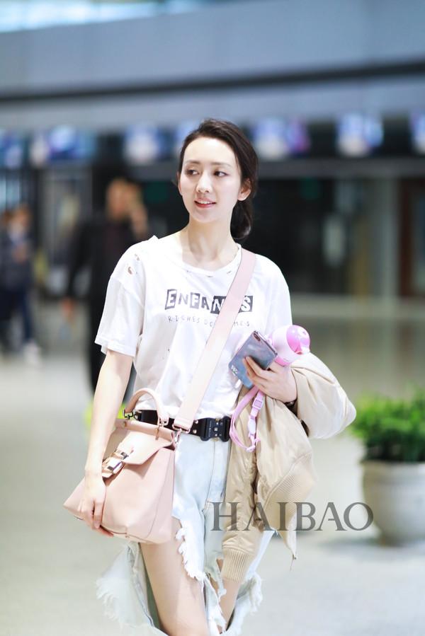 王鸥4月21日上海机场街拍: 白t恤+超破洞牛仔裤, 扎起