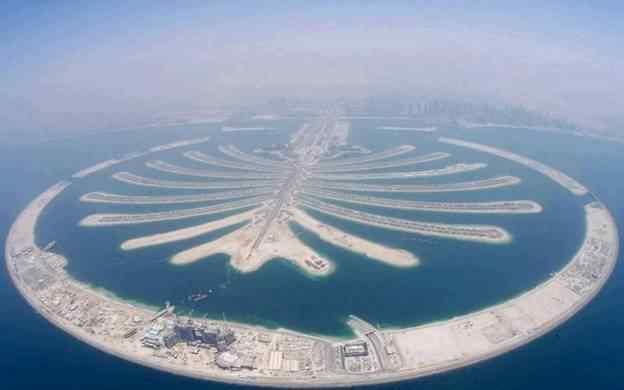 从空中俯瞰,朱美拉棕榈岛 (palm jumeirah) 形似棕榈树干.