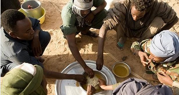 偷拍非洲人_非洲人吃饭用刀叉的多还是用手抓的多?