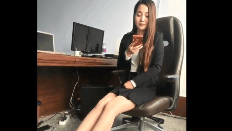 不要以为自己长得漂亮就可以上班时间玩手机,这样的秘书老板早晚开了