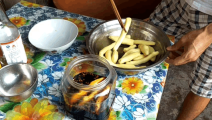 很多人都认为生姜只能当香料,今天农村小哥教你用生姜做一道小吃