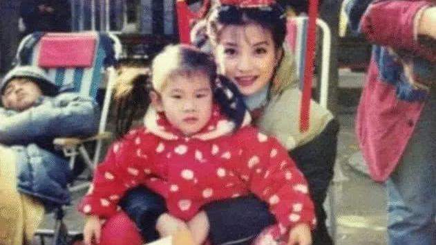 20年前赵薇拍《还珠格格》时,手中抱的小孩竟然是小沈阳?