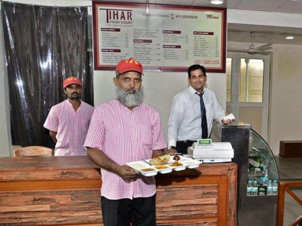 印度这家饭馆的服务员竟然都是杀人犯