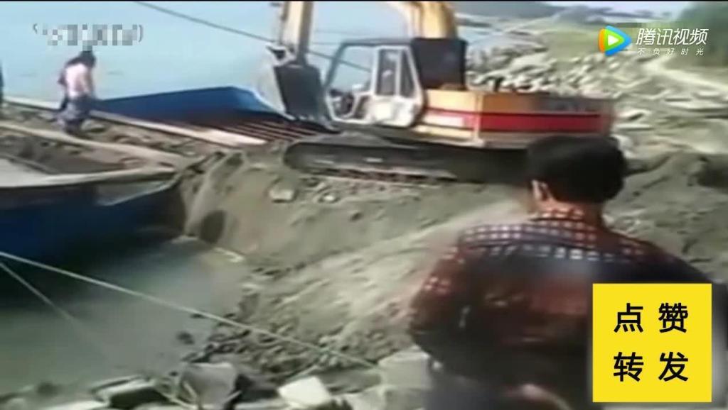 这个司机真是牛,把铲车开进了河里!