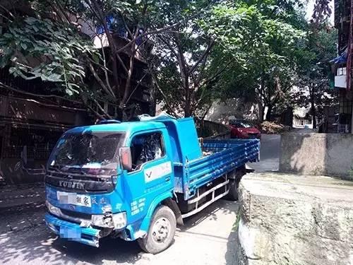 自贡搬家队货车一头撞翻鸿鹤坝社区5米长围墙