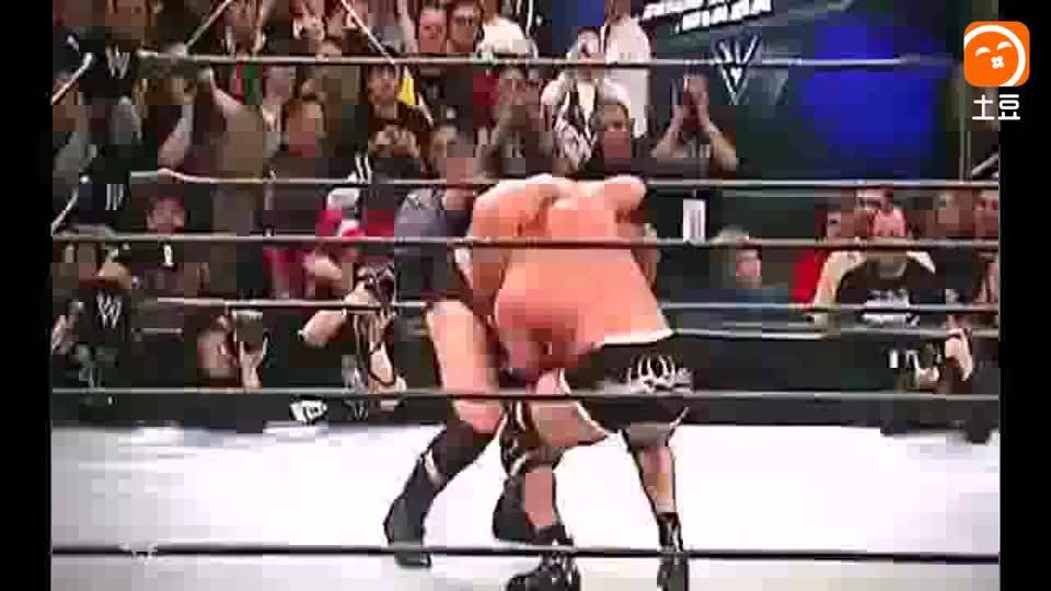 WWE高柏的12次战神之锤, 气震山河擂台全塌! 强悍背摔