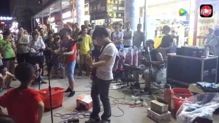街头乐队现场弹唱许巍的《故乡》,嗓音沙哑有故事