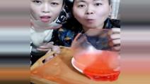 吃冰夫妻做红色空心冰球吃,夏天绝对是解暑神器!