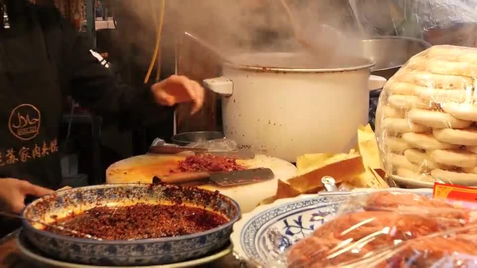 实拍: 西安街头特色小吃,腊汁肉夹馍