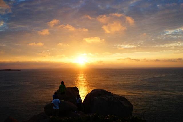 日出前的东海小岛,清风夹着大海的味道,喜欢的那种咸腥.
