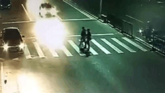 车祸猛于虎!三个姑娘再斑马线上被飞驰轿车撞飞!