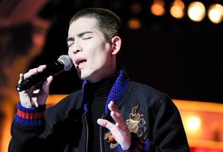 舞台的歌手,也是狮子合唱团的主唱,也相信以后的萧敬腾能给喜欢音乐