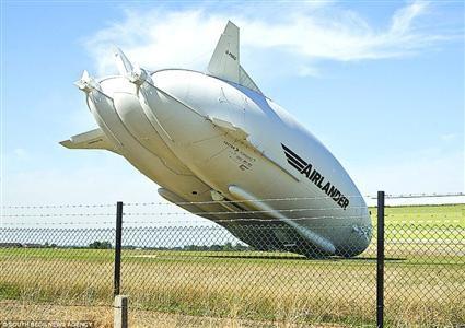 """世界最大飞艇撞电线杆""""硬着陆"""" 无人员伤亡"""