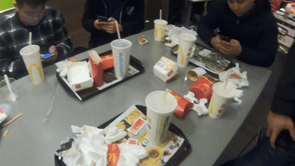 跑酷小伙们健身房里跨年,年夜饭吃的是麦当劳