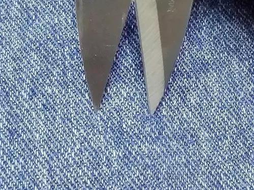 近距离感受下牛仔布的纹路 像这种要自己做破洞的,尽量选择无弹的粗布