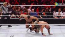 WWE选手藏观众席戴面具偷袭约翰塞纳,结果反被秒杀!