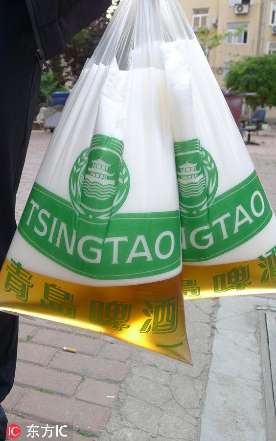 把啤酒装进塑料袋 这才是青岛人喝啤酒的正确方式