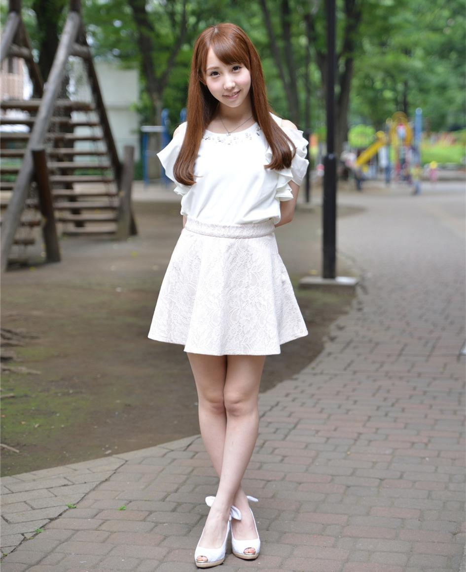 街上偶遇的小美女, 穿搭白色短裙甜美可爱, 路人纷纷注目