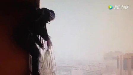 玩命 男子手持降落伞从16楼阳台一跃而下