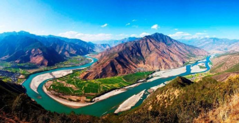 金沙江第一湾(月亮湾)位于云南省迪庆州德钦县奔子栏镇和四川省得荣
