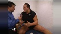 WWE WWE 密室催泪瓦斯弹!大秀哥遭遇残忍袭击!痛苦倒地无法呼吸