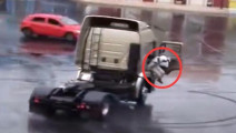 大卡车玩漂移,然而老司机这一动作后,才是霸气的开始