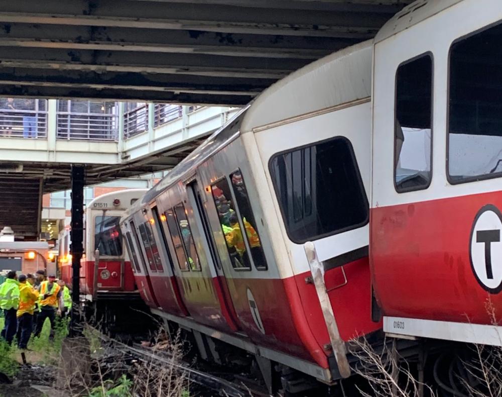 波士顿地铁脱轨致11伤 4天内第2起
