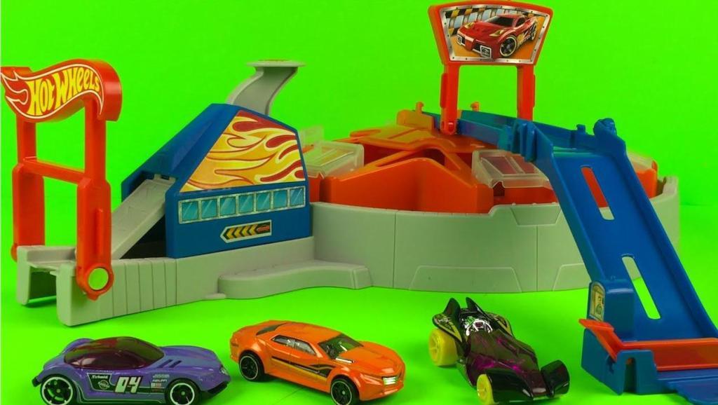 大货车装上赛车出去游玩然后变身成为跑道
