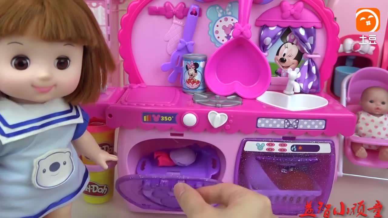 亲子互动, 小萝莉漂亮餐车给玩偶做美味纸杯蛋糕, 还有漂亮糖豆