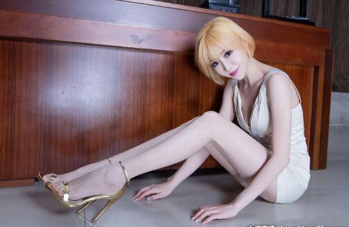 金发台湾美女, 白色蕾丝短裙勾勒美好身材, 丝袜高跟鞋衬托修长纤细美腿 2
