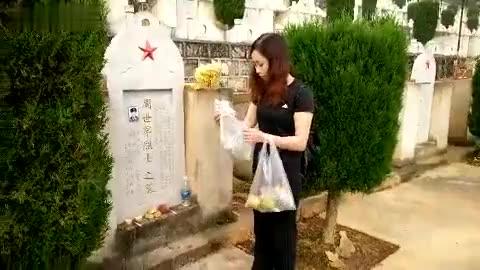 催人泪下,永远的丰碑!烈士妹妹在麻栗坡烈士陵园祭奠哥哥!