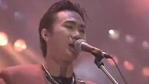 当年黄家驹Beyond乐队演唱《光辉岁月》音乐一起全场沸腾了