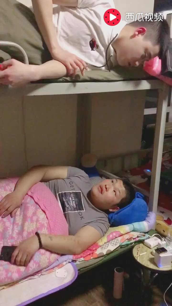 上下铺每天的日常生活, 睡在我上铺的兄弟, 你还好吗?