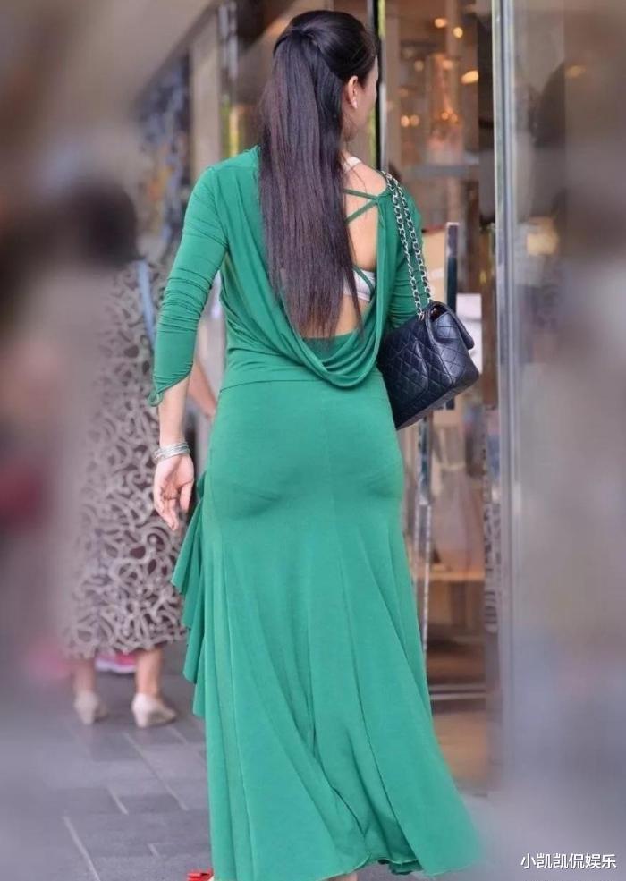 绿色的魅力,性感的身影,是不是长发的小姐姐会显得不适合露背装?