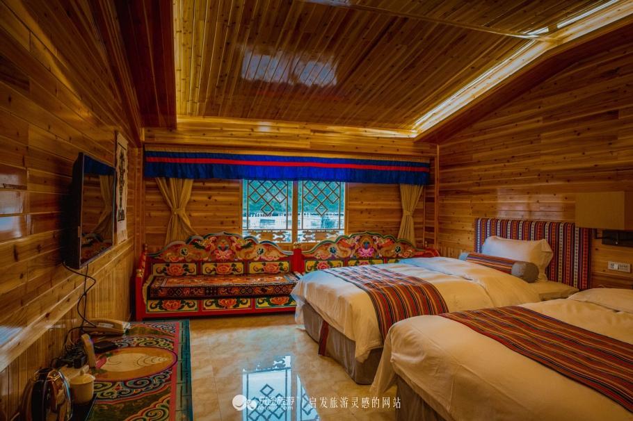 酒店的另一种房型就是小木屋了,同样是藏式的风格,相比帐篷房的浪漫