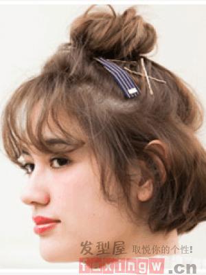 深棕色系的一款短发烫发发型,简单的设计成空气薄刘海的半扎丸子头