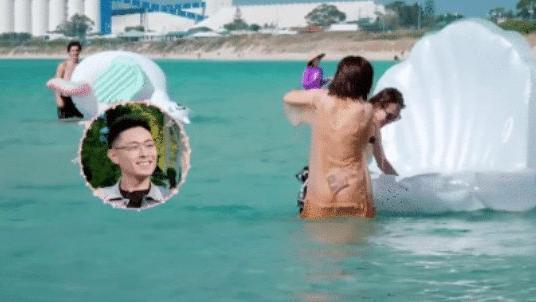 八块腹肌一览无余, 网友: 黑色的是啥 谢娜薄纱连衣裙海边玩水,