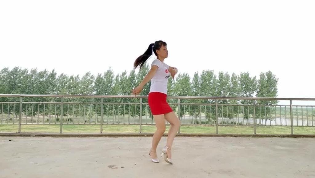 农村老妹儿在自家房顶跳广场舞 这首歌好听醉了