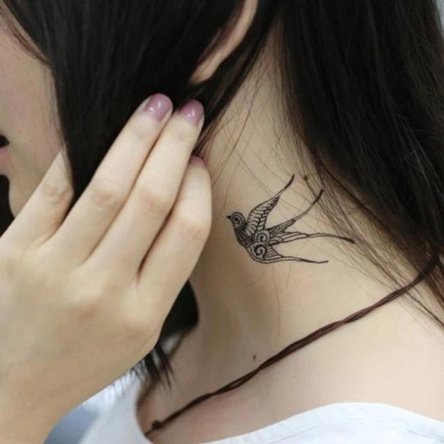 图为纹身的女孩,这个纹身有些文艺范儿呢!
