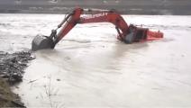 幸亏挖掘机师傅反应快,不然挖掘机就要被这湍急的洪水冲走了