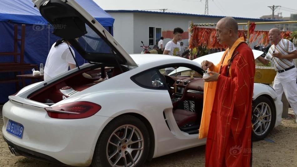 """中国最赚钱的""""寺庙"""",百万豪车随便开,每天用竹篓装钱"""