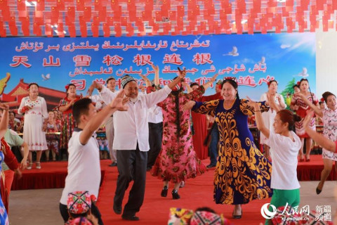 民间艺人和社区居民自编自演了表演唱《党的政策亚克西》,乐器弹唱