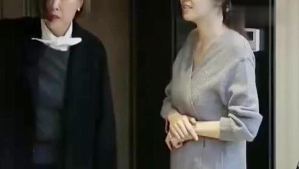 秋瓷炫指摄像机怒骂于晓光: 怎么穿这样!于晓光: 让全国人民看去