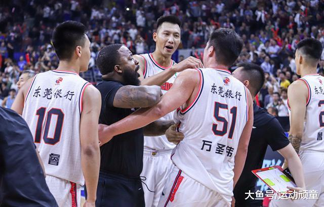 一球千金! 广东男篮险胜新疆1分, 霍楠和杜锋同时猛夸1人