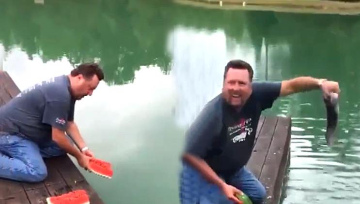 男子用西瓜钓鱼遭钓友嘲笑,接下来竟让人傻眼!