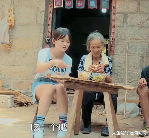 变形计中00后萝莉吃农村饭, 当看到她穿短裤的腿时, 网友炸锅(图1)