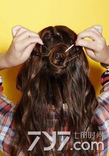 然后在中分的两侧各取一小束头发开始进行简单三股麻花辫编发.