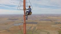 信号塔施工,这种高度都敢往上爬 隔着屏幕我都腿软了