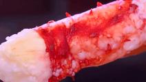 台湾街头的烤螃蟹,一只腿就比龙虾还粗,不加油不加盐直接烤吃!